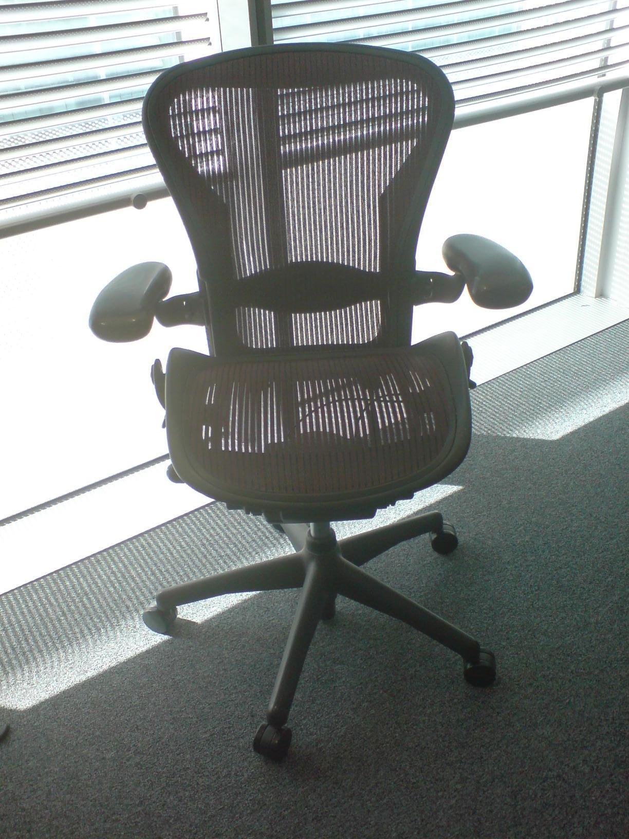 Empty chair. Badudoy, Wikimedia Commons.